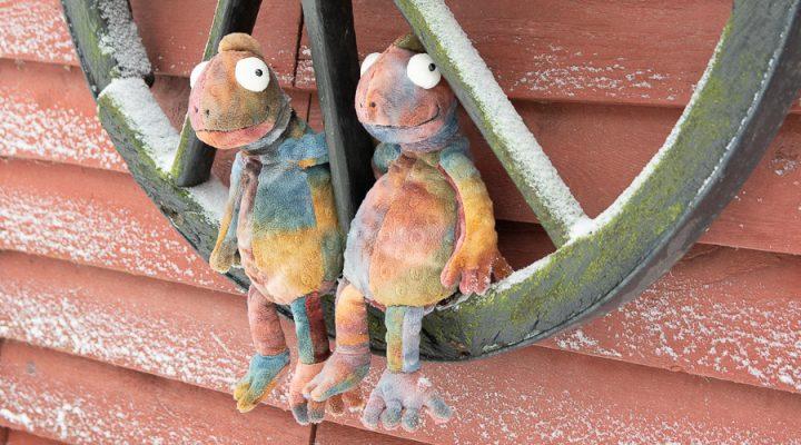 Kaksi kameleonttia kärrynpyörällä